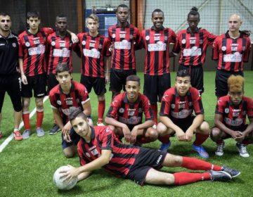 776548-l-equipe-de-football-composee-de-de-quatorze-jeunes-juifs-et-arabes-issus-de-milieux-defavorises-lor